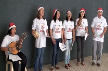 ABS-CBN: Members of the Filipino community who were part of an outreach team sing Christmas songs to about 100 migrant women detained at the Lebanese General Security's retention center.